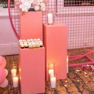 praesentationssaeule-rosa-quadratisch-candybar-dessert-event-hochzeit-mieten-verleih-globaldesire